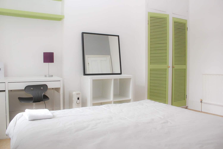 Małą sypialnia - biała zlustrem