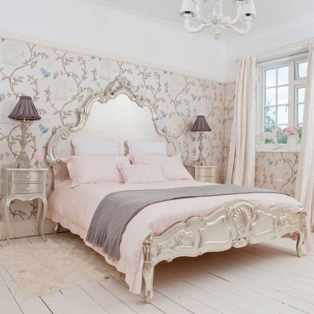 Łóżko wstylu prowansalskim - ozdobny zagłówek