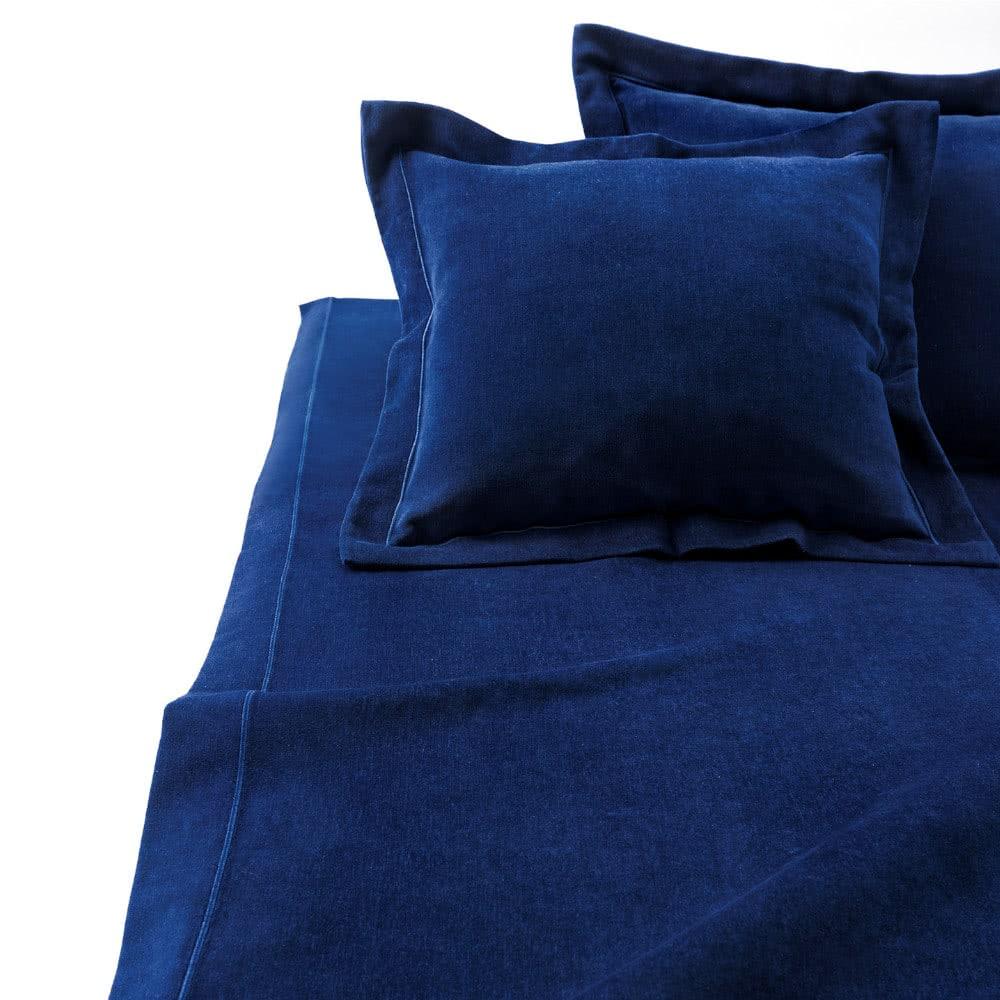 Sypialnia napoddaszu - aksamitna narzuta