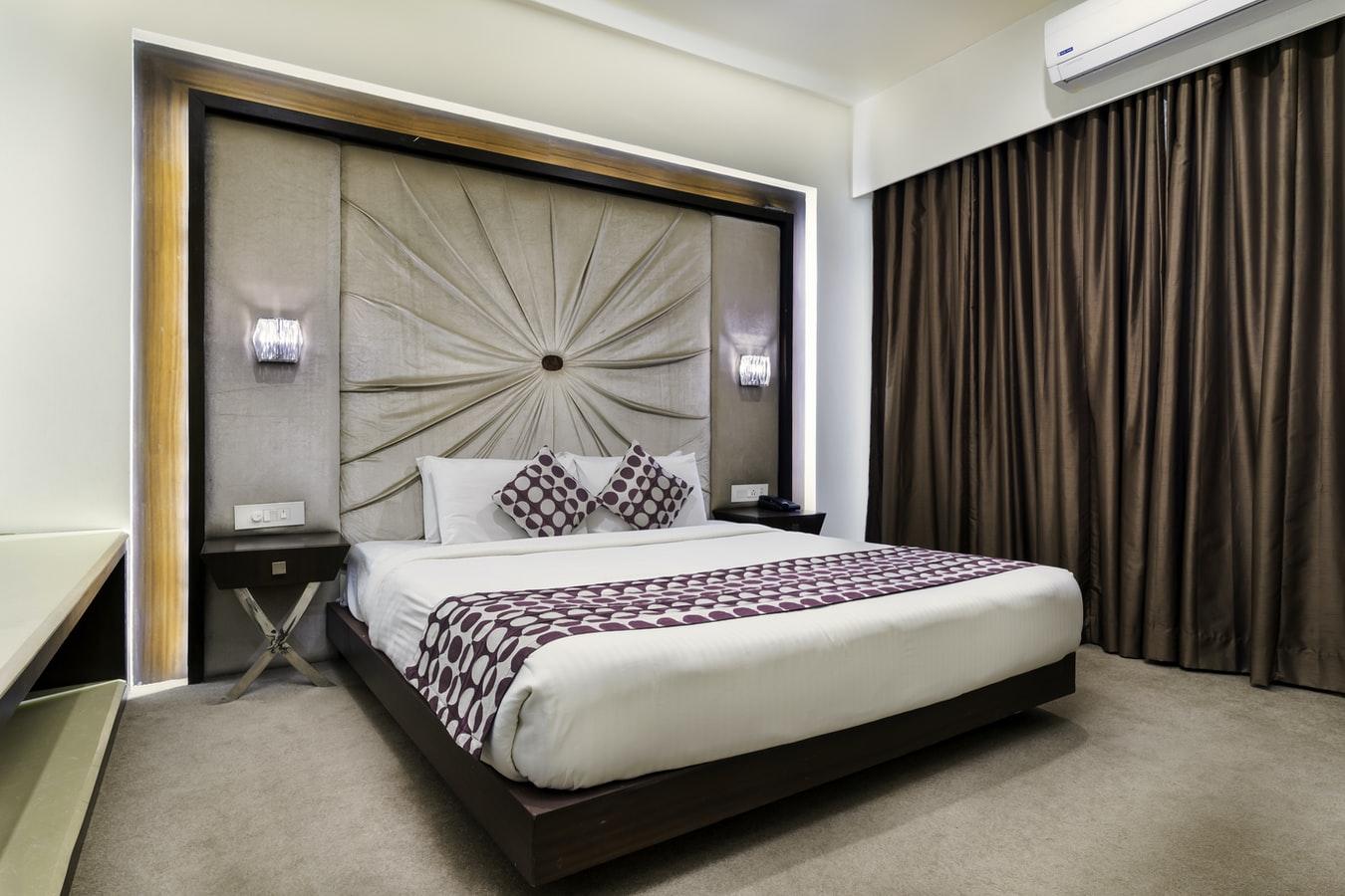 łóżko znietypowym zagłówkiem